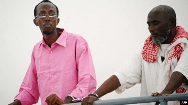 Somali journalist Abdiaziz Abdinuur Ibrahim (left) in court in Mogadishu, February 5, 2013.