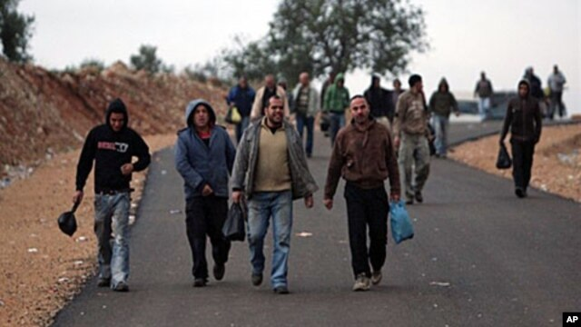 Palestinian workers arrive at dawn at the Nilin Israeli checkpoint, between the West Bank and the Jewish settlement of Modiin Illit. (File)