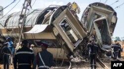 Des membres de la défense civile et de la gendarmerie marocaines sur les lieux d'un accident de chemin de fer dans la ville de Bouknadel, entre la capitale Rabat et la ville portuaire de Kénitra au nord, au Maroc, le 16 octobre 2018.