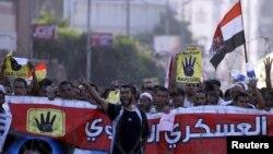 지난달 30일 이집트 수도 카이로에서 무슬림형제단과 지지자들이 군부에 반대하는 시위를 벌이고 있다.