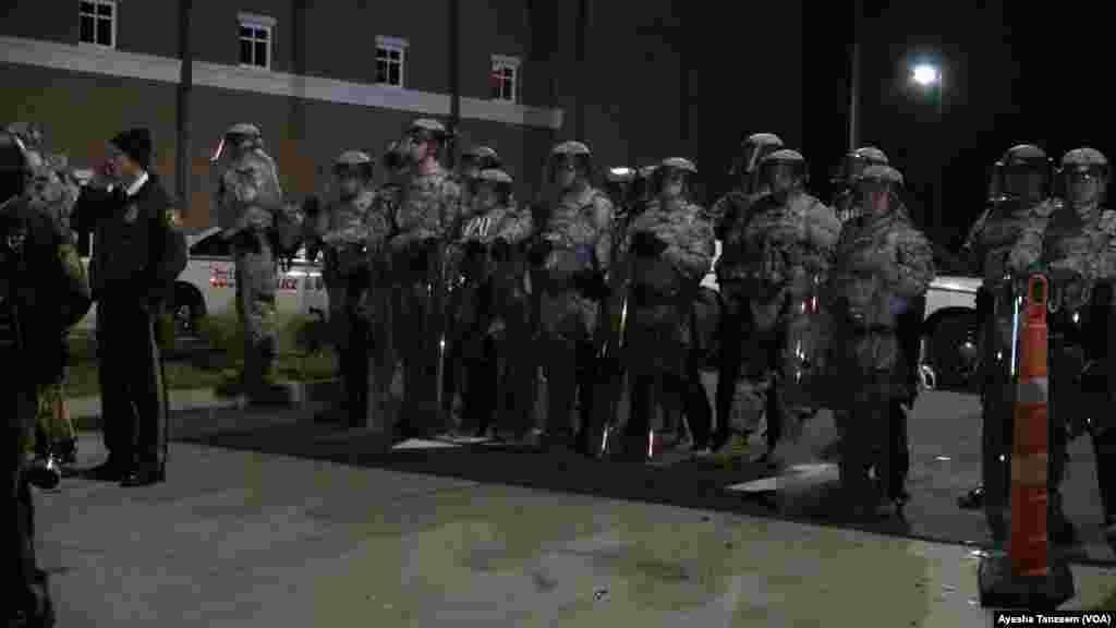 Miembros de la guardia nacional custodian el Departamento de Policía de Ferguson.
