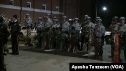 弗格森警察局門外,國民警衛隊員和員警與抗議者對峙。
