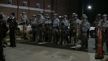 弗格森警察局门外,国民警卫队员和警察与抗议者对峙。
