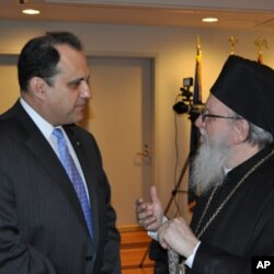 ο Nicholas Larigakis συνομιλεί με τον Αρχιεπίσκοπο