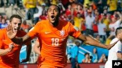Leroy Fer celebra el primer gol de Holanda contra Chile, a la que terminaron derrotando 2-0.