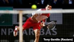 Novak Đoković servira u meču sa Albertom Ramosom Vinjolasom u 3. kolu turnira u Rimu (Foto: Reuters/Tony Gentile)