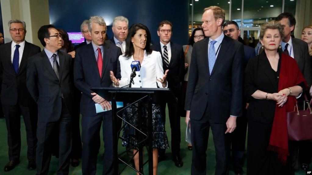 Đại sứ Mỹ tại LHQ Haley (giữa) và đại diện các nước không ủng hộ lệnh cấm vũ khí hạt nhân; trụ sở LHQ, 27/3/2017