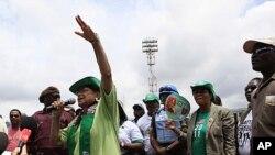 Shugabar Liberiya Ellen Johson Sirleaf da wasu magoya bayanta