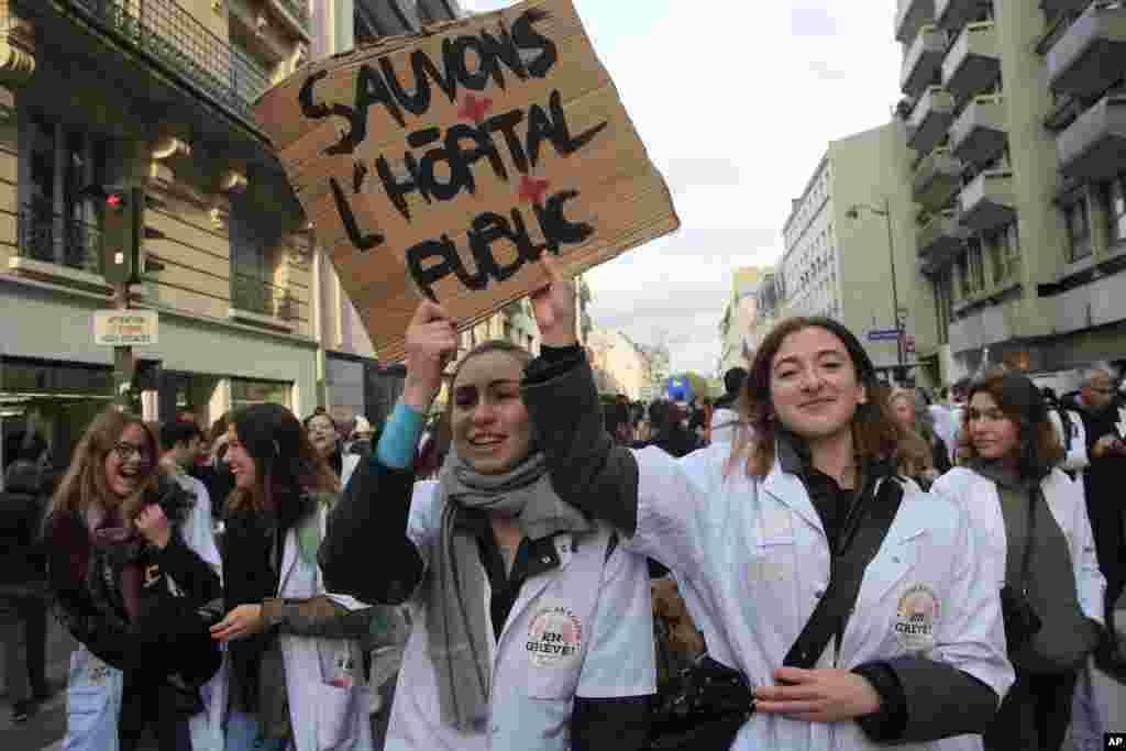 در ادامه اعتراضات در پاریس، گروهی از کارکنان بیمارستان ها و خدمات پزشکی در این شهر تجمع کردند.