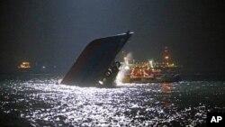 Một trong 2 chiếc tàu chìm sau khi xảy ra tai nạn