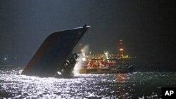Rescatistas revisan un bote semihundido luego de chocar con otro cerca de la isla de Lamma, frente a las costas de Hong Kong, el lunes 1 de octubre por la noche.
