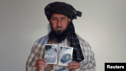 مشتبہ امریکی ڈرون حملوں کے خلاف مہم چلانے والا کریم خان (فائل فوٹو)