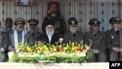 Верховный лидер Ирана аятола Али Хаменеи (в центре) в окружении высших военных чинов страны.