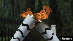 La flamme olympique sur le site d'Olympie, 21 avril 2016