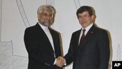 Ngoại trưởng Thổ Nhĩ Kỳ Ahmet Davutoglu (phải) và trưởng đoàn đàm phán hạt nhân của Iran Saeed Jalili dư hội nghị ở Istanbul