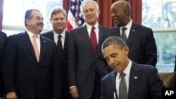 美国总统奥巴马去年10月21日在白宫签署美韩自由贸易协议