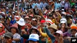 Para pendukung oposisi Kamboja unjuk rasa di ibukota Phnom Penh hari Senin (16/12) untuk menentang hasil pemilu bulan Juli lalu.