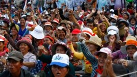 Supporters of Cambodian opposition leader Sam Rainsy's Cambodia National Rescue Party shout slogans during a rally in Phnom Penh, Dec. 16, 2013.