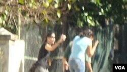 """Yoani Sanchez: """"Foto tomada por Reinaldo mientras yo 'acosaba' a mis acosadores""""."""