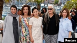 Ketua Juri Festival Film Cannes, sutradara Jane Campion (kedua dari kanan), dan para anggota juri (dari kiri ke kanan) aktris Leila Hatami, aktris Carole Bouquet, aktris Jeon Do-yeon dan sutradara Sofia Coppola dalam pembukaan Festival Film Cannes ke-67. (Reuters/Benoit Tessier)