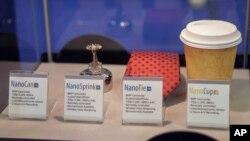 ARSIP - Sebuah pemadam api, dasi, dan gelas kopi dengan kamera tersembunyi dipamerkan dalam pameran teknologi pengumpulan informasi intelijen Israel di Tel Aviv, 30 Juni 2015 (foto: AP Photo/Dan Balilty)