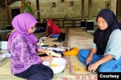 Perempuan pelaku usaha juga turut membantu ekonomi keluarga. (Foto: YSKK)