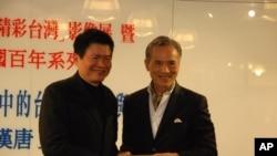 亞太台商聯合總會會長潘漢唐(右)與光華新聞文化中心主任羅智成