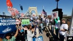 Marcha ambientalista en Pittsburg adversando la energia nuclear.