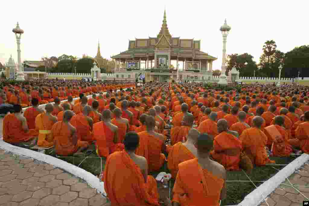 Buddhist monks offer prayers to late former King Norodom Sihanouk ahead of his cremation in front of the Royal Palace in Phnom Penh, January 26, 2013.