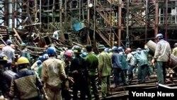 베트남 하띤성 붕앙 경제특구에서 지난 3월 항만부두 건설공사 임시 가설물이 붕괴, 13명이 숨지고 29명이 부상했다. 사진은 사고 발생 직후 구조대원들이 생존자 수색 작업을 펼치고 있는 모습.