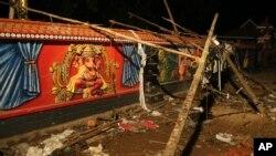 火災碎片散落在印度喀拉拉邦市的圍牆旁(2016年4月10日)