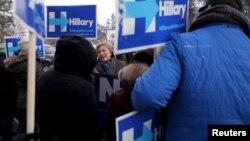 បេក្ខជនប្រធានាធិបតីលេចធ្លោនៃគណបប្រជាធិបតេយ្យ លោកស្រី Hillary Clinton ស្វាគមន៍អ្នកគាំទ្ររបស់លោកស្រីនៅការិយាល័យបោះឆ្នោតមួយនៅ New Hampshire កាលពីថ្ងៃទី៨ ខែកុម្ភៈ ឆ្នាំ២០១៦។