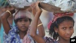 """فعالان کار کودکان در بدل وام را """"بردگی مدرن"""" می خوانند"""
