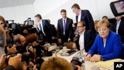 La chancelière allemande Angela Merkel, à droite, présidente de l'Union chrétienne-démocrate, CDU au parlement allemand à Berlin, le 2 juillet 2018.