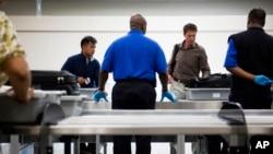 Nuevas líneas de seguridad en el aeropuerto internacional Hartsfield-Jackson de Atlanta permiten a varios pasajeros a la vez colocar sus maletas en una línea automatizada, que acelera el procedimiento de revisión.