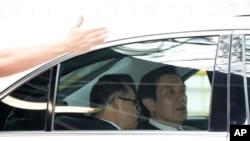 馬英九(右)抵達新加坡後前往吊唁李光耀