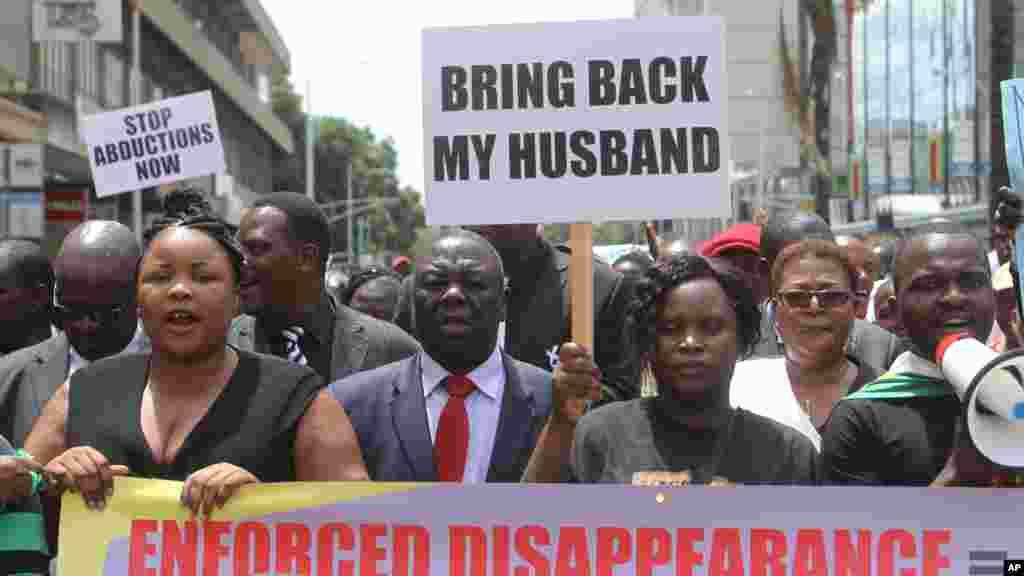 Sheffra Dzamara, épouse de Itai Dzamara enlevé depuis un an, demande,pancarte en main, la libération de son mari à Harare, le 9 mars 2016.
