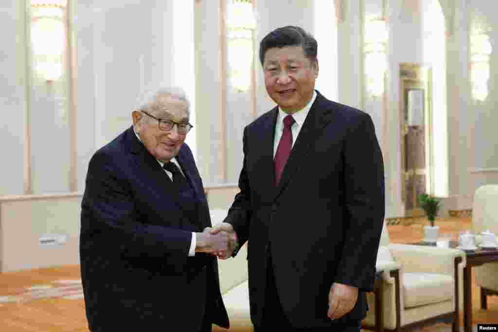 دیدار شی جین پینگ، رئیس جمهوری چین با هنری کیسینجر، وزیر خارجه پیشین آمریکا، در پکن