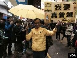 聖誕日晚上九時後,有高舉黃傘及爭取真普選標語的流動「購物團」在旺角西洋菜 南街行人專區聚集