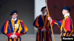 Ðội canh phòng Thụy Sĩ bảo vệ Đức Giáo Hoàng ngưng làm nhiệm vụ.