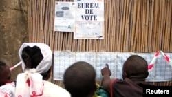 Quelques habitants devant un bureau de vote à Bunia, RDC, 30 juillet 2006.