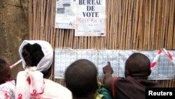 Des électeurs devant un bureau de vote de Bunia, RDC, le 30 juillet 2006