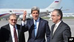 Wezîrê Derve John Kerry li balafirgeha Vnukovo li Moskow, Sêşem 7'ê Gulanê, 2013.