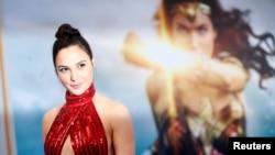 """Gal Gadot posa en la premiere de """"Wonder Woman"""" La Mujer Maravilla,ein Los Angeles, California, el 25 de mayo de 2017."""