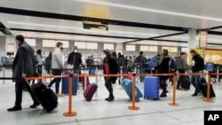 圖為倫敦南部一個機場中的乘客。由於英國出現了新冠病毒的新病毒株,美國要求英國飛美航班的乘客必須要有新冠檢測陰性的證明。