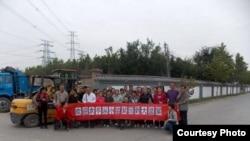 支持者迎接袁冬出狱扑空。(推特图片)