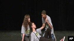 """华盛顿的学生在""""戏剧舞台""""演戏"""