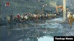 지난해 8월 수해 복구 작업에 나선 북한 평안남도 개천시 주민들. (자료사진)