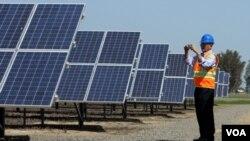 Paneles solares para la generación de energía en el sur de California.