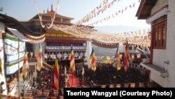 达赖喇嘛在达旺寺对不丹信众讲话。